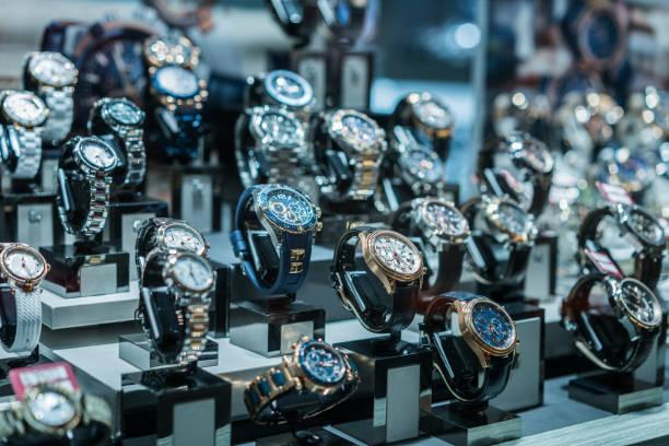 luxus-uhren im showcase - uhrenshop stock-fotos und bilder