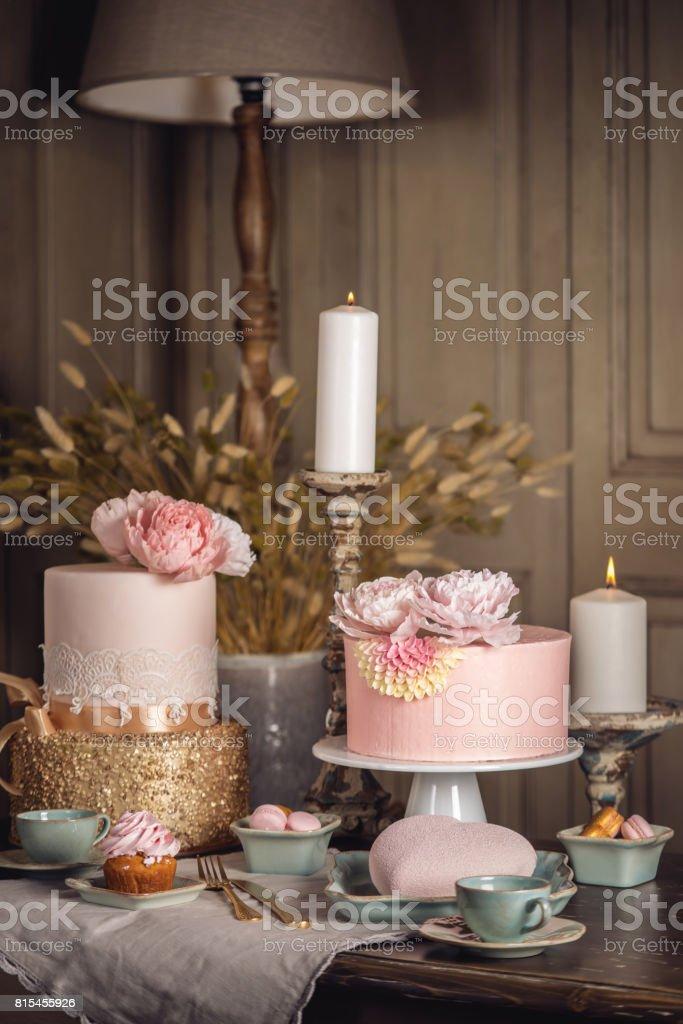 Luxushochzeittisch Mit Einem Schonen Rosa Kuchen Verziert Mit Mastix