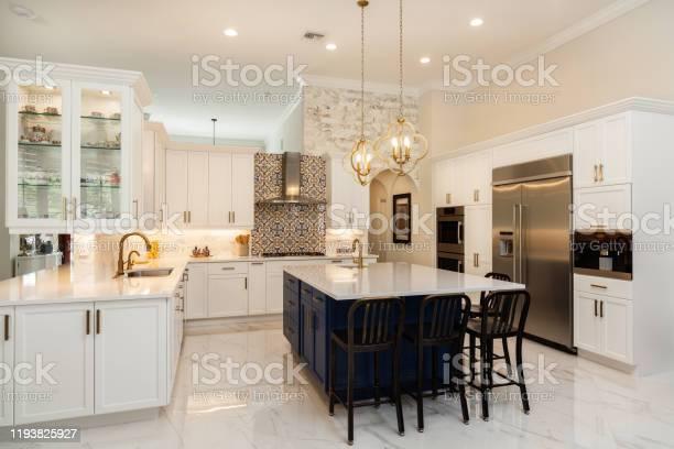 Luxury white kitchen design picture id1193825927?b=1&k=6&m=1193825927&s=612x612&h=9b2t mzklon6qhrctfp y4wi8veltt jzfslhskd hi=