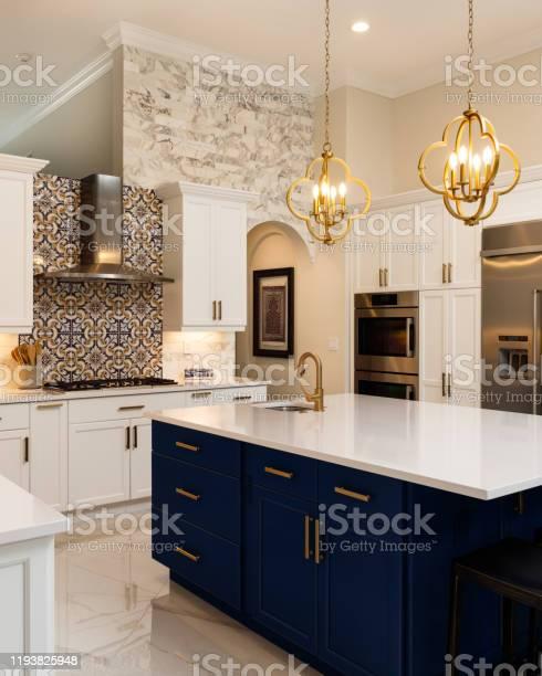Luxury white kitchen design picture id1193825948?b=1&k=6&m=1193825948&s=612x612&h=uey99io xff1mrziochpn7zcirpcenmbuetnxhbz5fw=