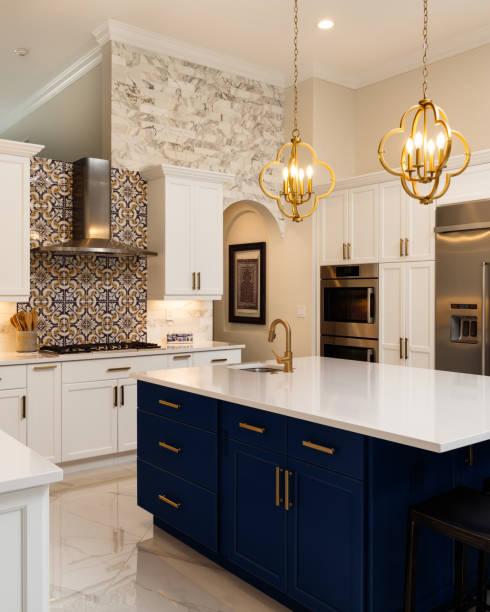 luxus weiße küche design - schrank stock-fotos und bilder