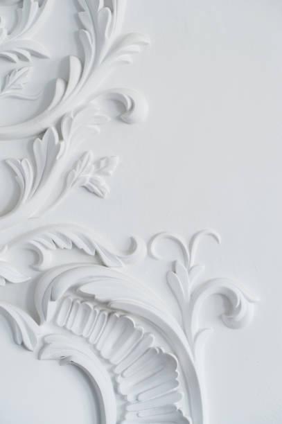 luxe mur blanc design bas-relief avec élément de roccoco de moulures en stuc - gravure à photos et images de collection