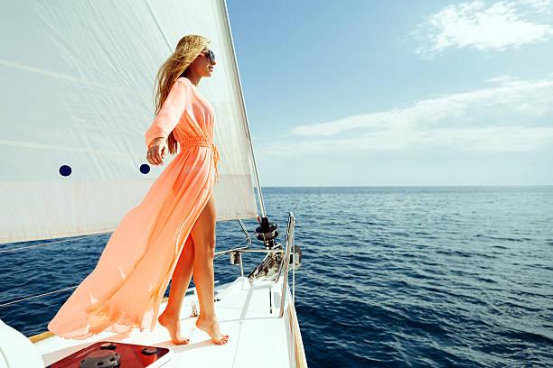 Luxus Frau Pareo Segeln in das Meer mit blauer Himmel Sonnenlicht – Foto