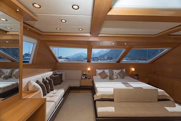 luxury yacht innen, yacht kabine - nautisches schlafzimmer stock-fotos und bilder