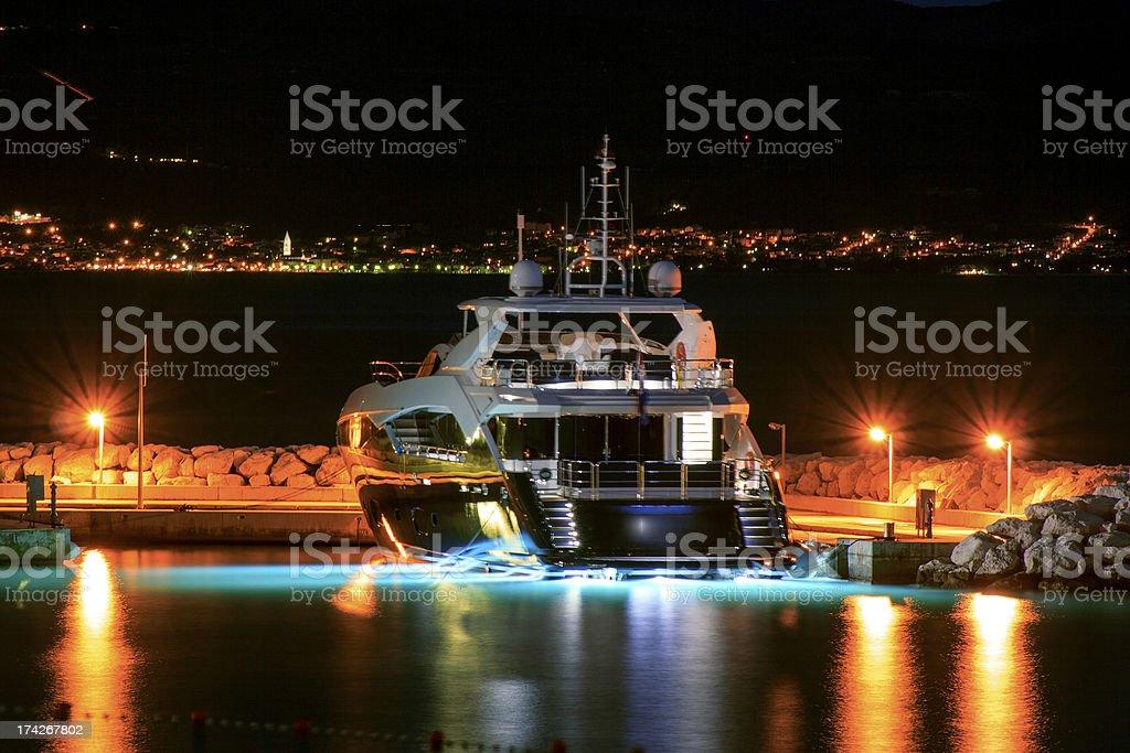 Yacht di lusso ormeggiate al molo di notte fotografie stock e