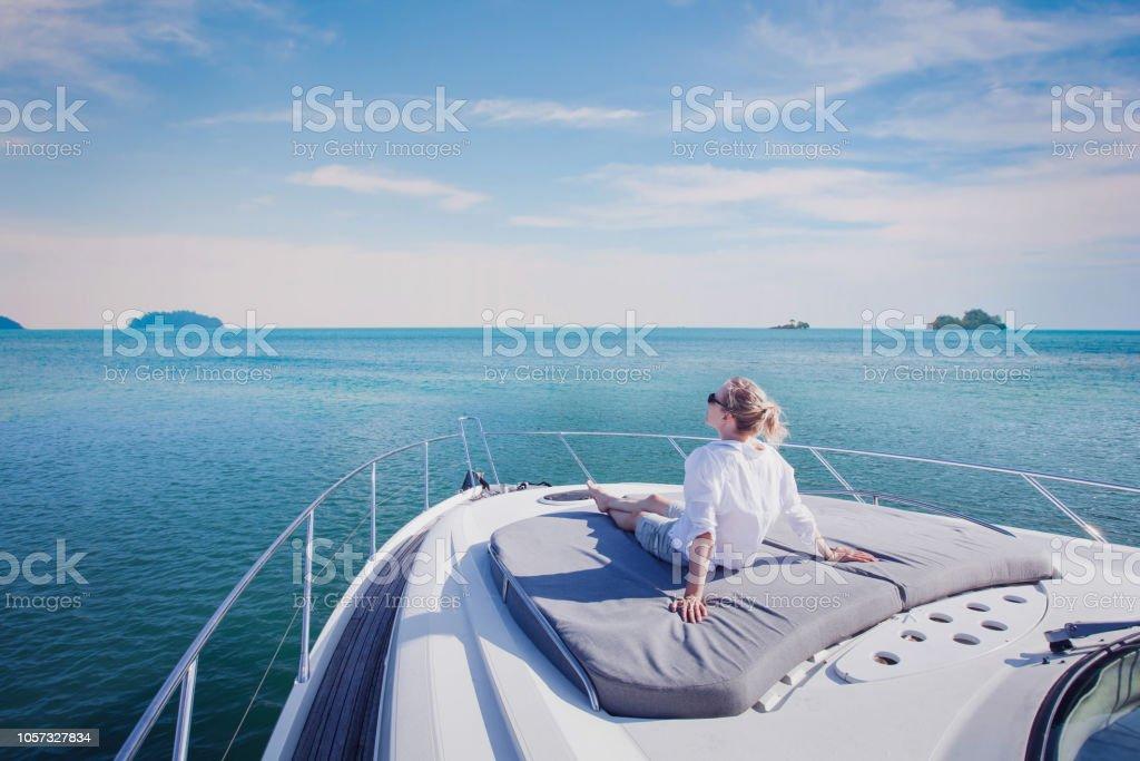 Luxus-Yacht-Reisen, cruise Frau genießen an Bord – Foto