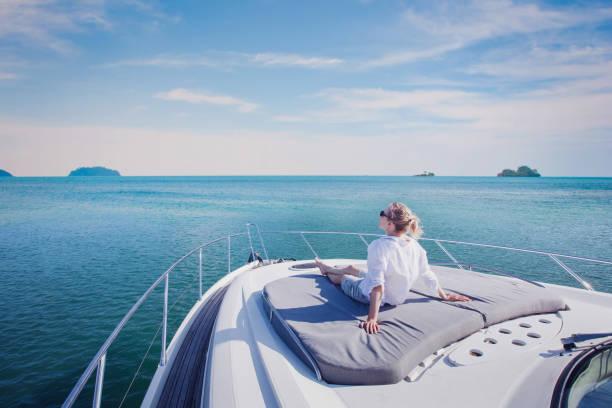 viaje del yate de lujo, crucero de mujer disfrutando a bordo - foto de stock