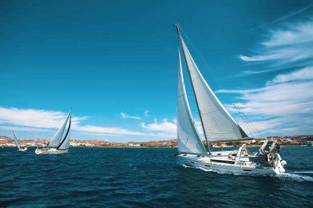 Yates de lujo en la regata. Navegando a través de las olas en el mar Egeo. - foto de stock