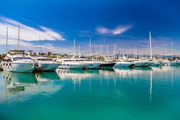 luxury yachts in mediterranean harbor - aangemeerd stockfoto's en -beelden
