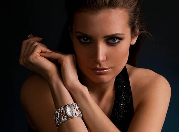 luxuriöse junge dunkle männlichen mädchen im exklusiven schmuck armbanduhr - exklusive mode stock-fotos und bilder