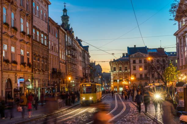 Plaza de la ciudad de Lviv en Ucrania, por la noche, Europa - foto de stock