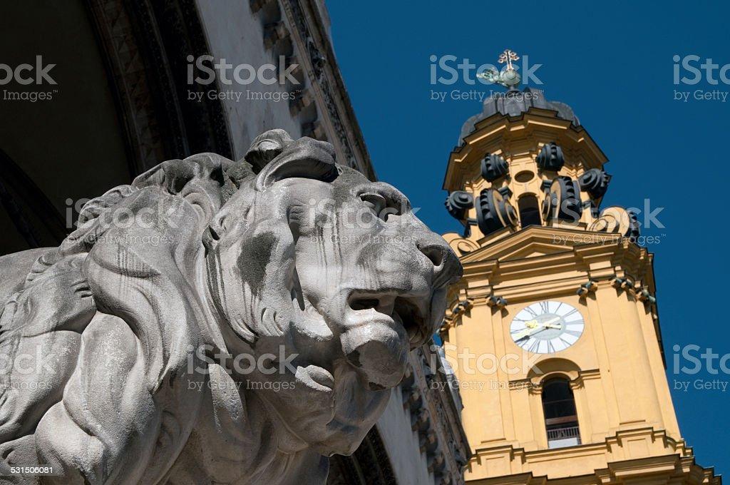 löwe an der feldherrnhalle und theatinerkirche in münchen stock photo