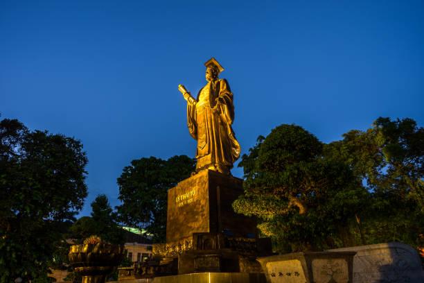 hanoi, vietnam - 22. august 2016: ly thai to statue im park in der nähe von schwert-see in hanoi, vietnam. - holu stock-fotos und bilder