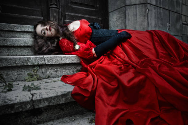 liegen und blutenden frau in einem roten kleid im viktorianischen stil - gothic kleid stock-fotos und bilder
