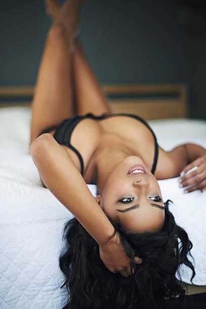 vous détendiez dans la lingerie - partie du corps photos et images de collection