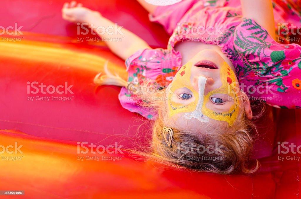 Kind mit facepainting liegen – Foto