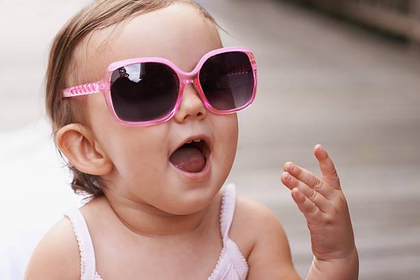 ich bin ein wahrer trendsetter in der kinderbetreuung! - sonnenbrille kleinkind stock-fotos und bilder