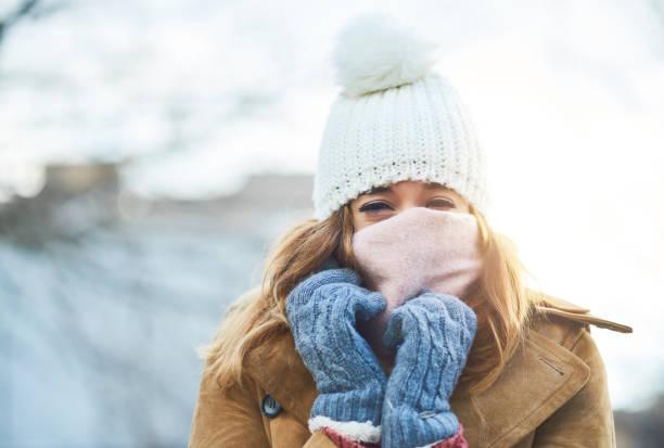 ich fühle mich bedeckt und warm, jetzt zu den schnee genießen - winterjacke lang damen stock-fotos und bilder