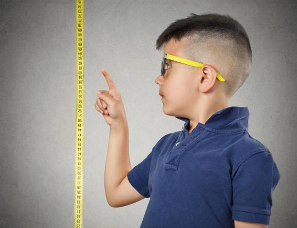 Ben büyüyorum. Alt kaset onun yanında ölçme üzerinde onun yüksekliği gösteren gözlük stok fotoğrafı