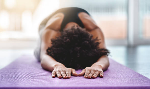 ik ben op de reis van het vinden van mezelf - yoga stockfoto's en -beelden