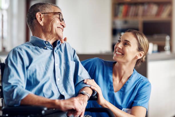 あなたが幸せで、とても幸せです - 介護士 ストックフォトと画像