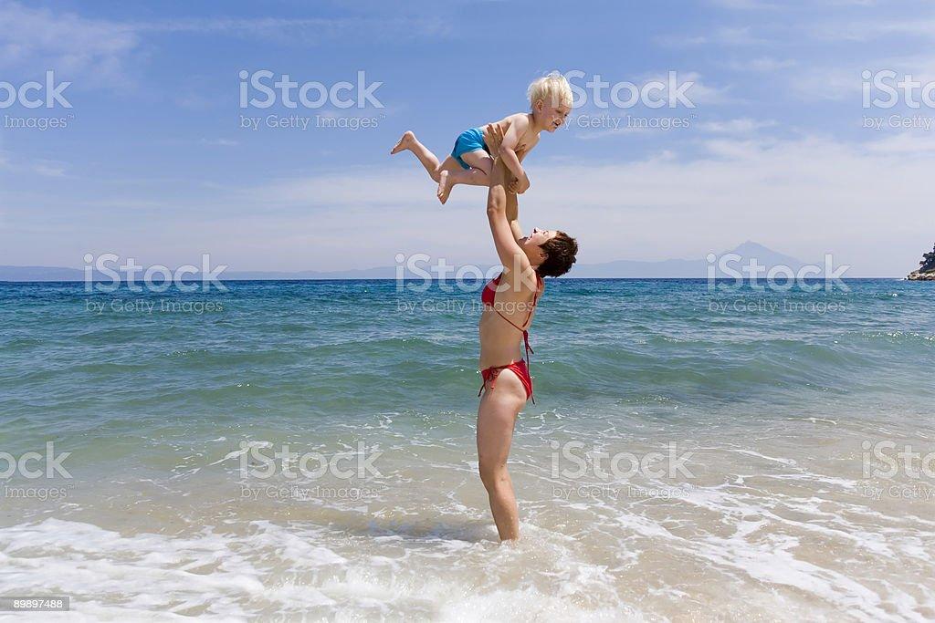МА с ребенком на пляже Стоковые фото Стоковая фотография