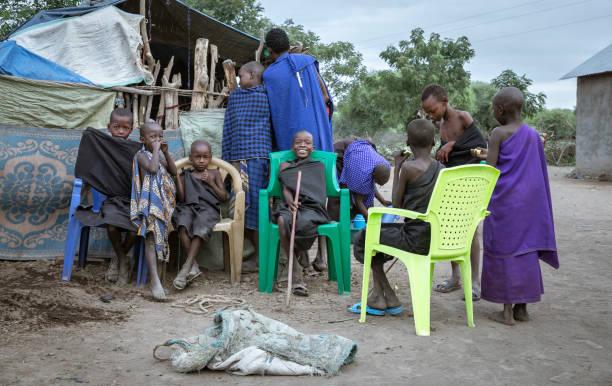 maasai jungen vor 'recht der durchfahrt' zeremonie - dorfkind momente stock-fotos und bilder