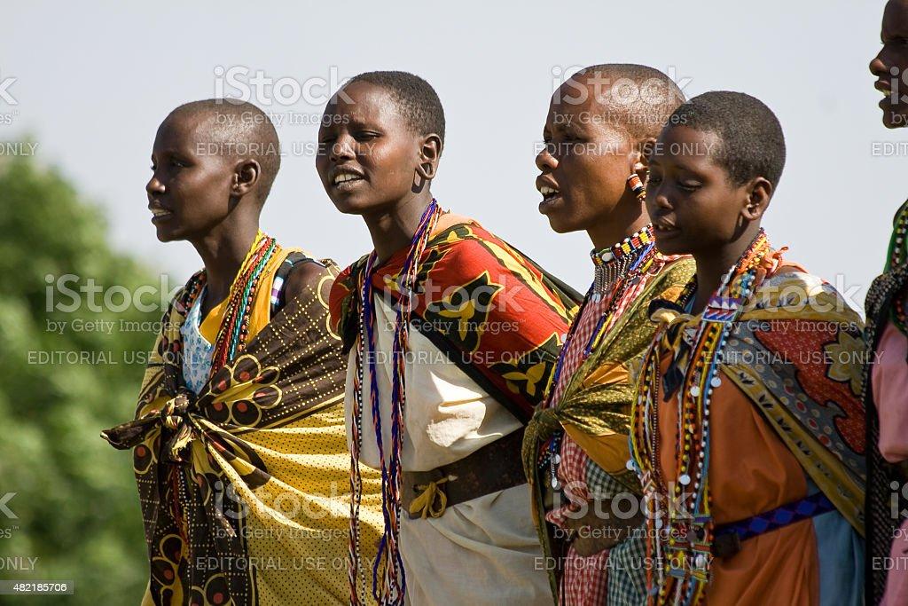 Maasai-Frau, Singen und Tanzen. – Foto