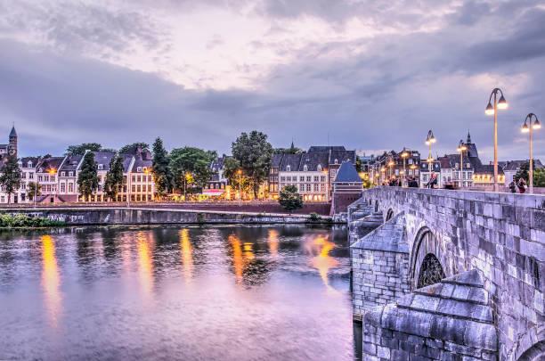 maastricht river bank en brug - maastricht stockfoto's en -beelden