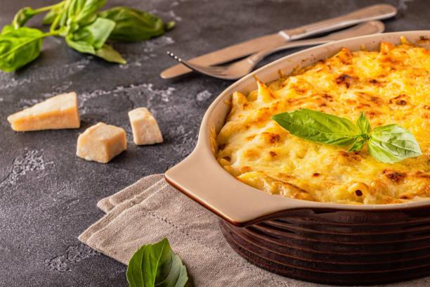 mac und käse, amerikanischen stil makkaroni nudeln in kitschig-sauce - gesunde huhn pasta stock-fotos und bilder