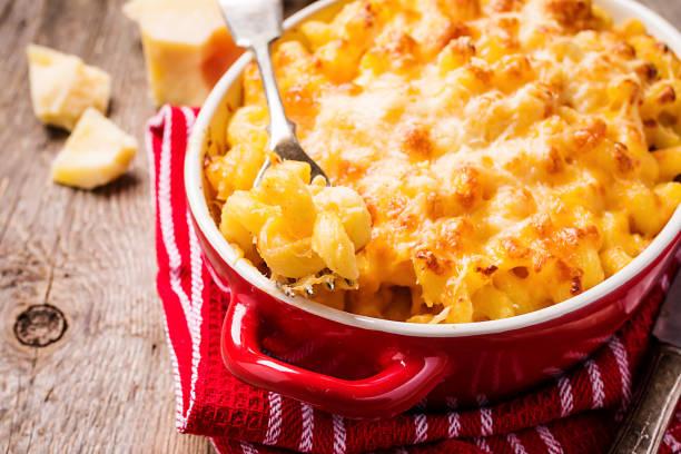 mac en kaas, amerikaanse stijl pasta - gebakken in de oven stockfoto's en -beelden