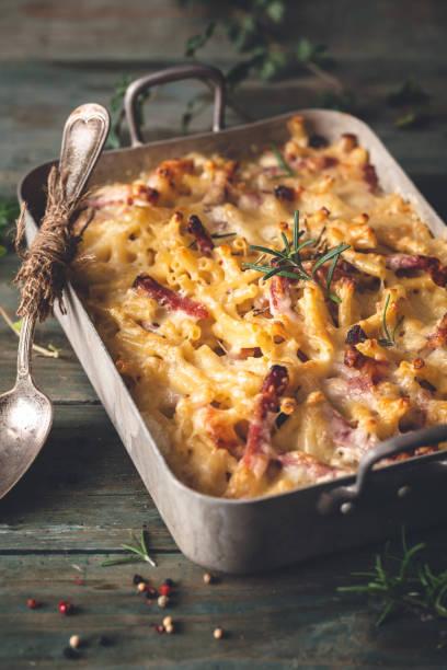 mac and cheese, macaroni gratin with speck ham and rosemary - ser comte zdjęcia i obrazy z banku zdjęć