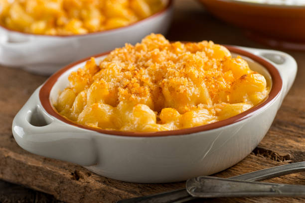 mac and cheese - pangrattato preparazione degli alimenti foto e immagini stock