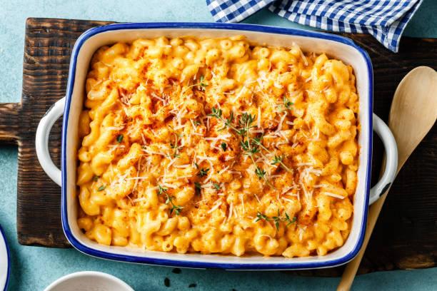 mac and cheese. traditional american dish macaroni pasta and a cheese sauce - caçarola imagens e fotografias de stock