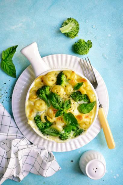 mac und cheese mit brokkoli - gebackener blumenkohl stock-fotos und bilder
