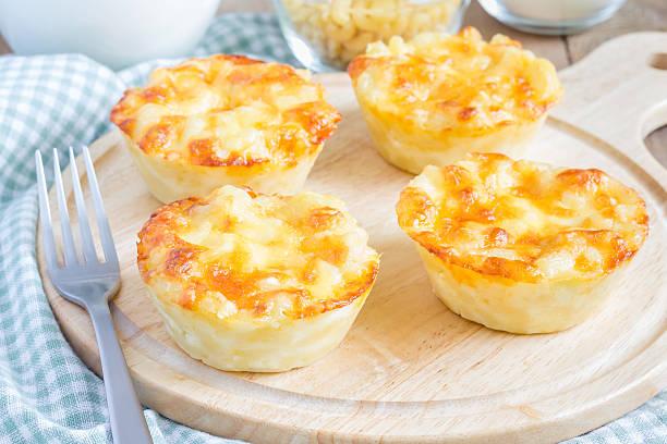 makkaroni und käse überbackene als kleine pasteten - käsemuffins stock-fotos und bilder