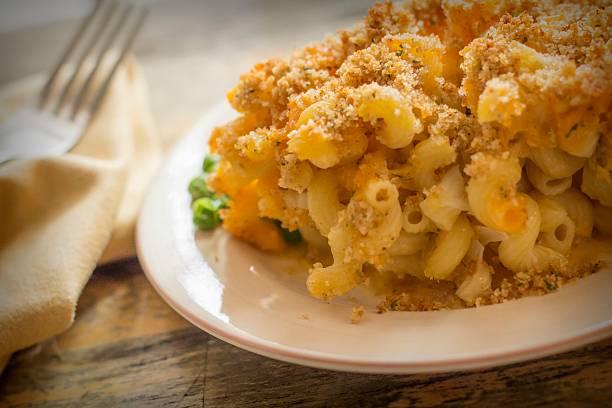 macaroni and cheese - gebakken in de oven stockfoto's en -beelden
