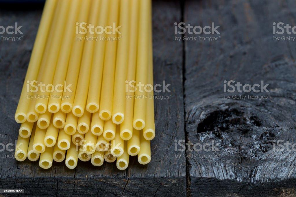 Makkaroni-Nudeln auf dunkles rustikales Holz – Foto
