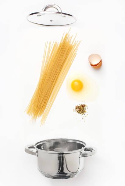 makkaroni-nudeln mit tomatensauce hautnah - pasta deli stock-fotos und bilder