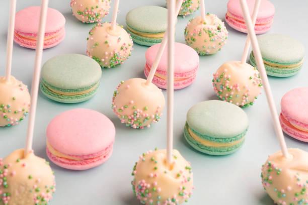 macarons und cake pops auf sticks - lutscher cookies stock-fotos und bilder
