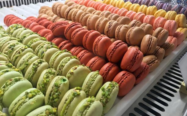macarrones en una exhibición de la panadería - comida francesa fotografías e imágenes de stock