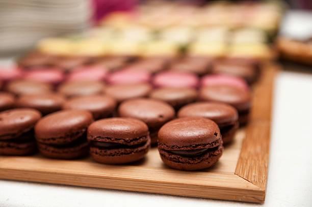 macaroons in tray - hausgemachte hochzeitstorten stock-fotos und bilder