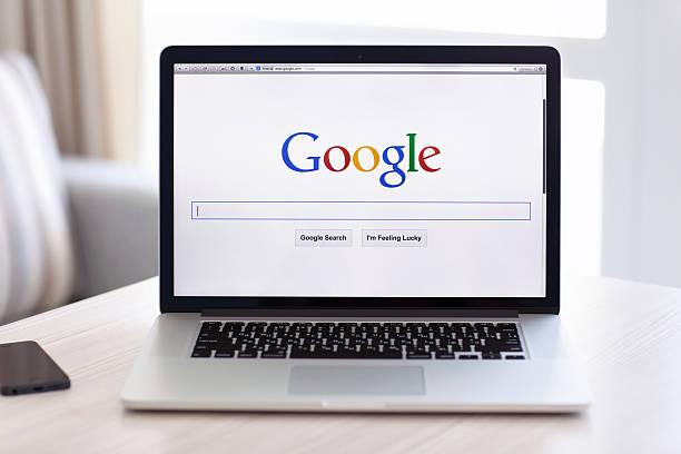 macbook pro retina mit google-startseite auf den bildschirm - sucht stock-fotos und bilder