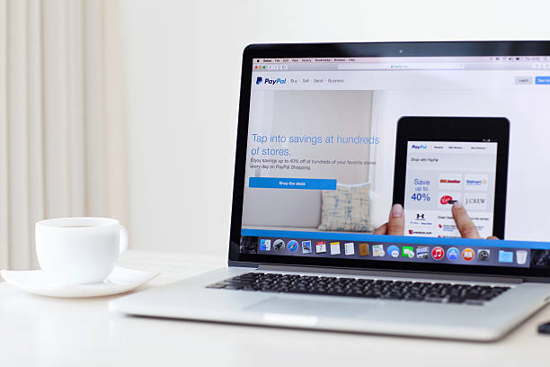macbook pro con retina con paypal home page sullo schermo - macbook foto e immagini stock
