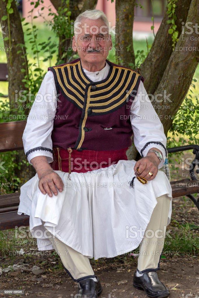 Macédonienne vieillard ethnique de Banat, en costume traditionnel, montrent à un festival folklorique - Photo