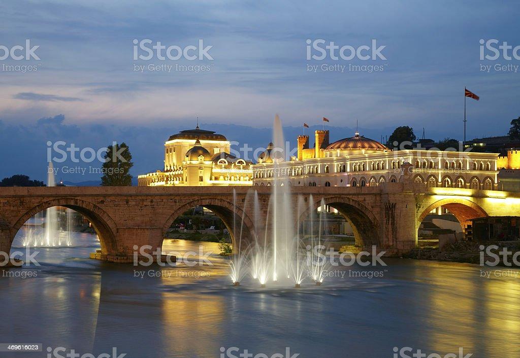 Macedonia la ciudad capital de Skopje.   Antiguo puente de piedra - foto de stock