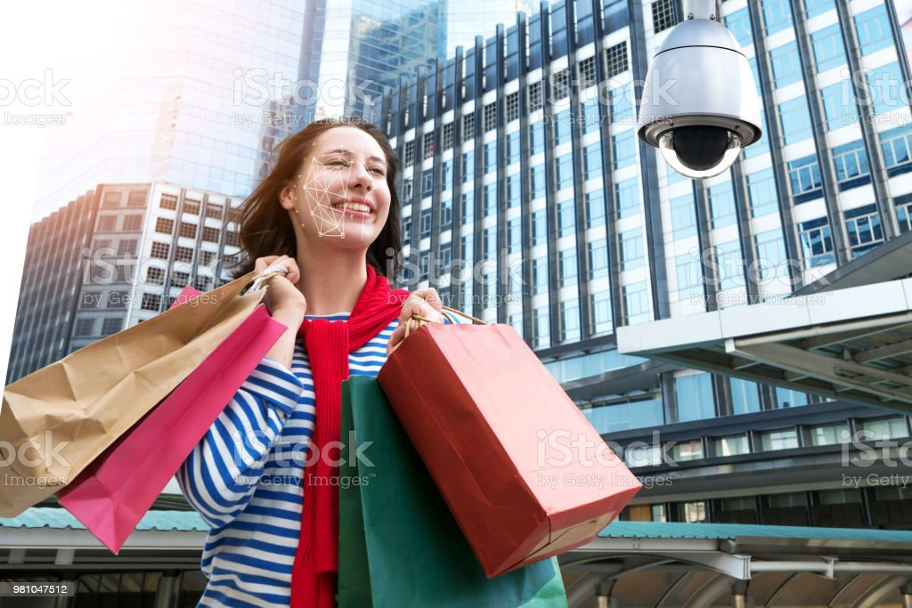 Machine Learning analytics identify person technology , Artificial intelligence concept. Cctv , security camera and biometric technology analytics behavior and face recognition people in smart city. - fotografia de stock