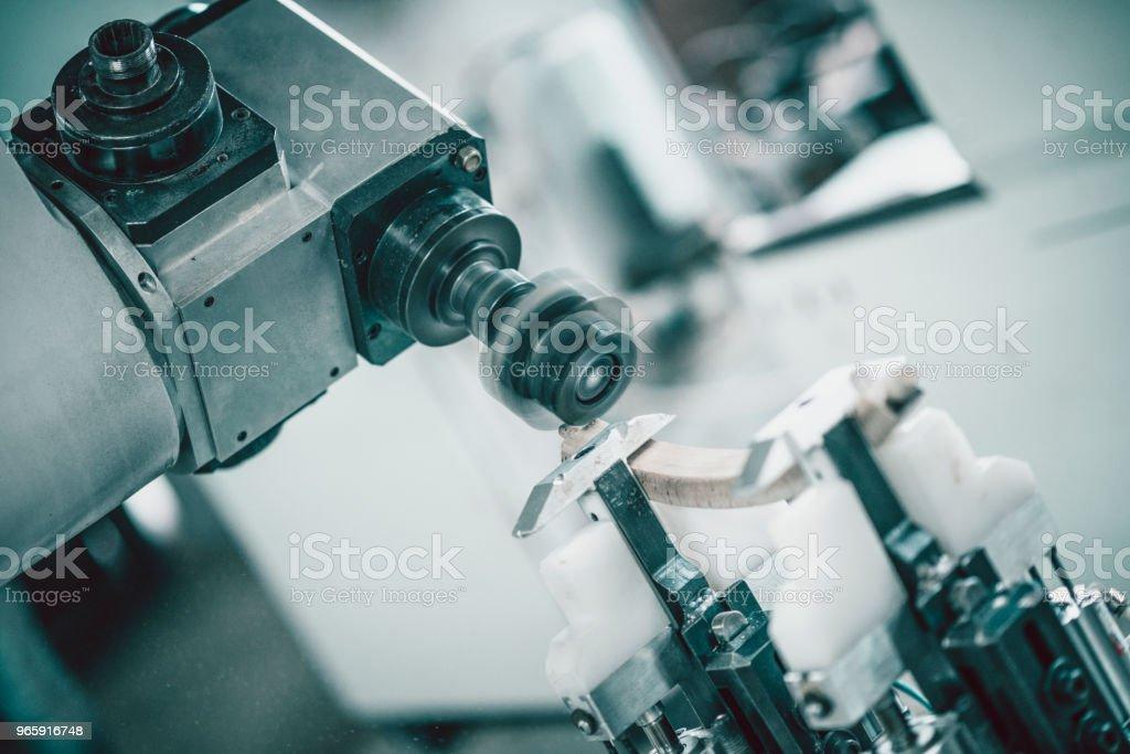 CNC Machine vormgeving van een houten deel van een stoel - Royalty-free Apparatuur Stockfoto