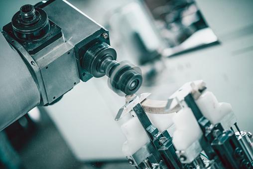 Cnc Machine Vormgeving Van Een Houten Deel Van Een Stoel Stockfoto en meer beelden van Apparatuur