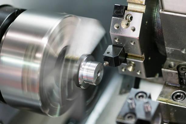 usinagem automotivo parte de virar máquina cnc - inserindo - fotografias e filmes do acervo